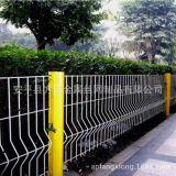 生产供应高速公路护栏网 小区球场隔离桃型柱护栏网厂家直销定制