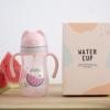 新款儿童学饮杯婴儿水杯吸管杯背带防摔幼儿园宝宝水杯批发定制