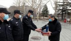 北京石油化工学院教育基金会为安保人员捐赠防寒劳保物品